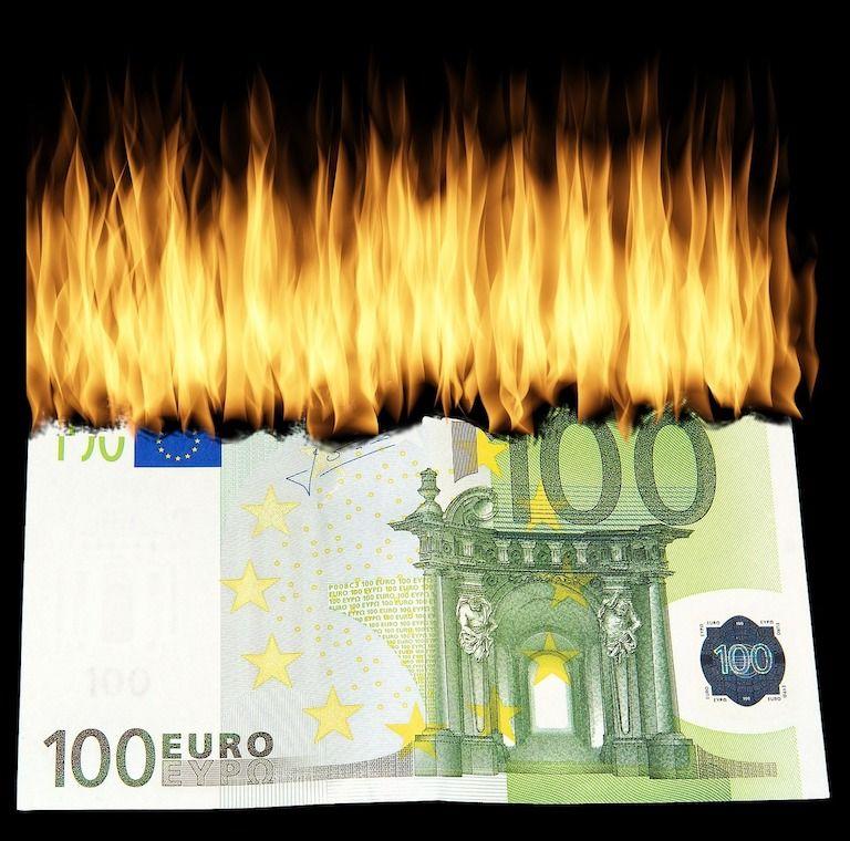 Égő 100 eurós bankó