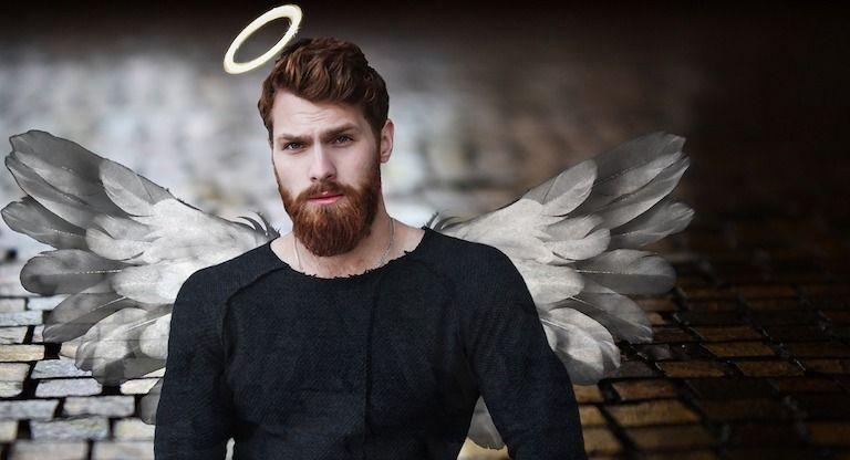Szakállas férfi angyal szárnyakkal, glóriával