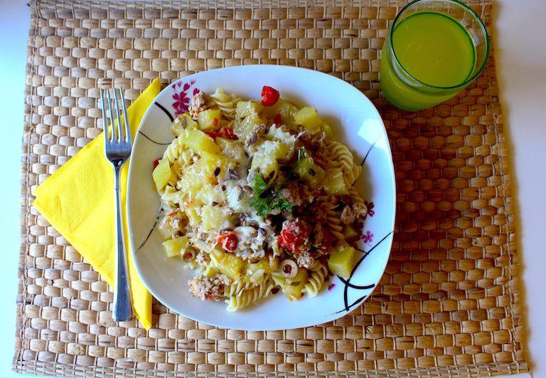 Elkészült tökös, paradicsomos, tésztás, sajtos étel