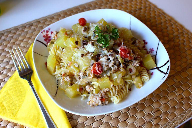 Elkészült tökös, paradicsomos, tésztás, sajtos étel a tányéron
