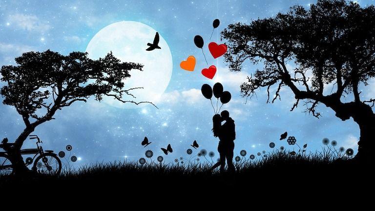 Szerelmes pár sziluettje két fa között