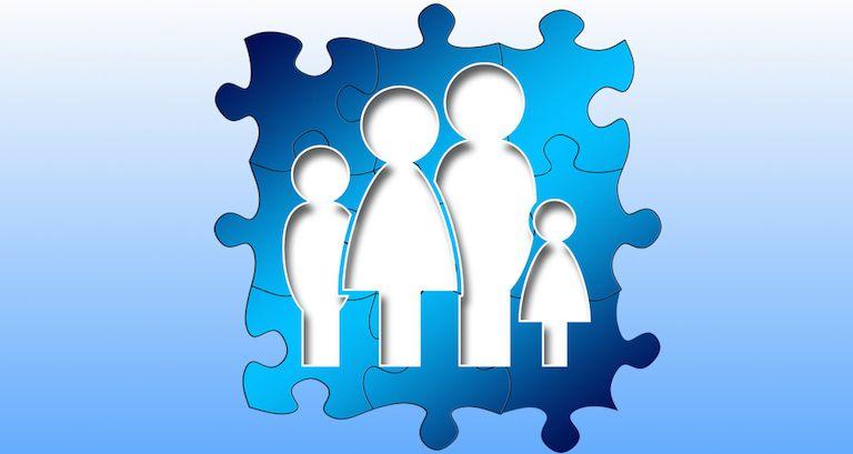 Családállítás, mozaik, amin anya, apa és két gyerek van kivágva.