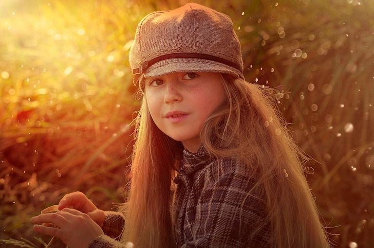 Hosszú hajú kislány sapkában