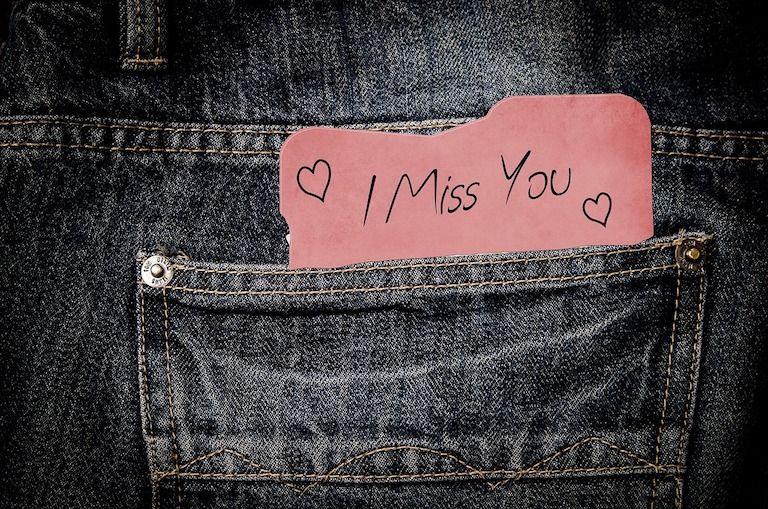 """Farmernadrág hátsózsebében cetli """"I miss you"""" felirattal"""