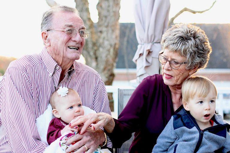 Nagyszülők egy-egy unokával az ölükben