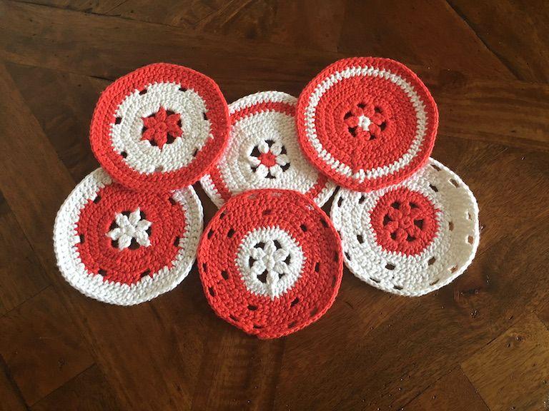 Piros-fehér horgolt poháralátét