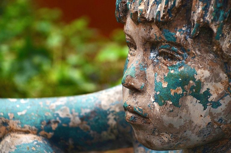 Festett kisfiú szobor arc máló kékeszöld festékkel