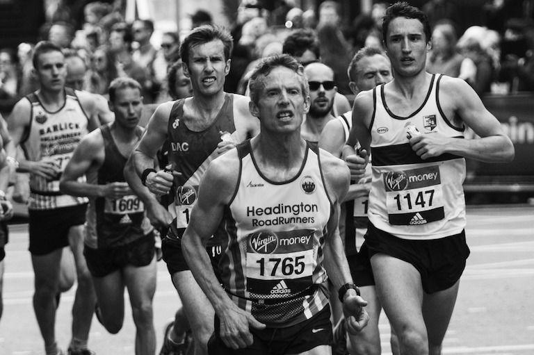 Keményen futó férfiak