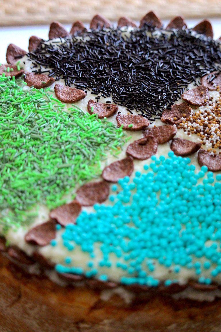 Születésnapi torta zöld, világoskék, fekete és barna szórt díszekkel felülről
