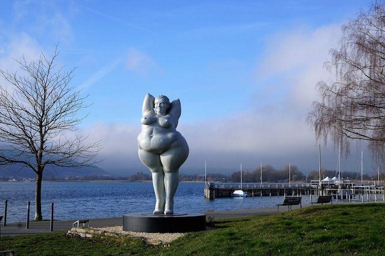 Vízparton kövér nő szobra nagy fenékkel