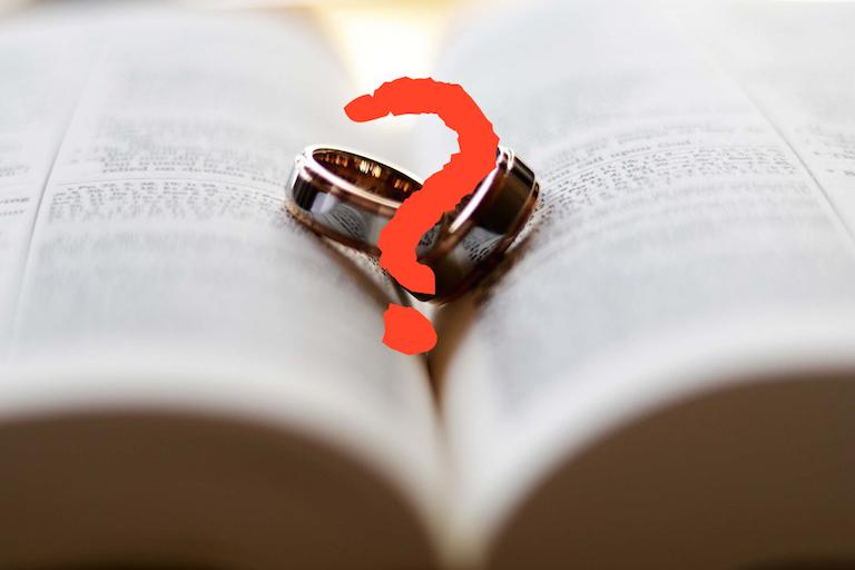 2 karikagyűrű egy kérdőjellel