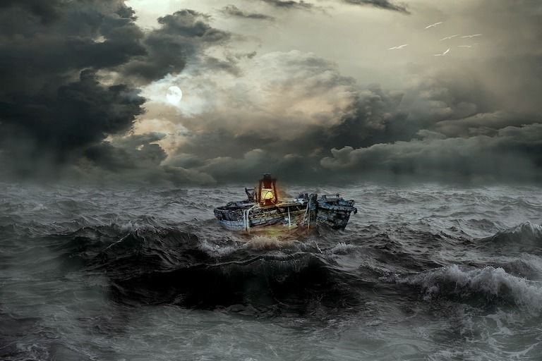 Kis csónak a sötét háborgó tengeren