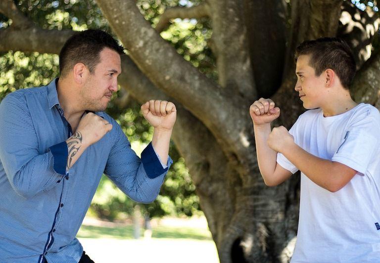 Apa és fia egymással szemben boxállásban