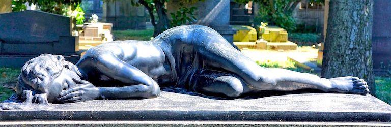 Kő sírszobor egy fekvő szomorú fiatalemberről